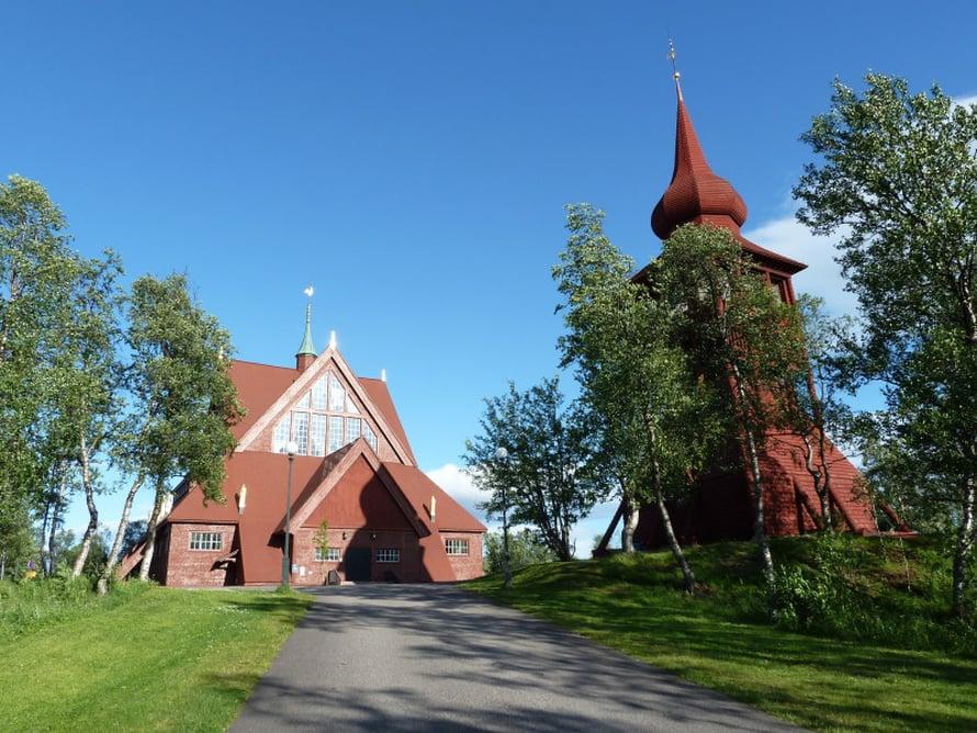 """""""Rakenna kirkko, joka on kuin Lapin kota"""", ohjeisti Hjalmar Lundbohm arkkitehti Gustaf Wickmania. Paanukattoinen kirkko valmistui 1912. Se on upea ulkoa ja sisältä. Keskustan siirron myötä siirtyy kirkkokin, vuoteen 2035 mennessä."""