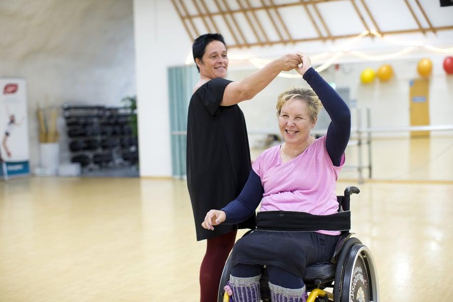 Sari Siekkeli pyörittää Teijaa viikon treeneissä.