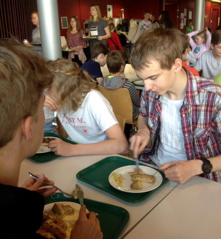 Kahdeksasluokkalainen Joel Toppinen käy kouluruokailussa melkein joka päivä.