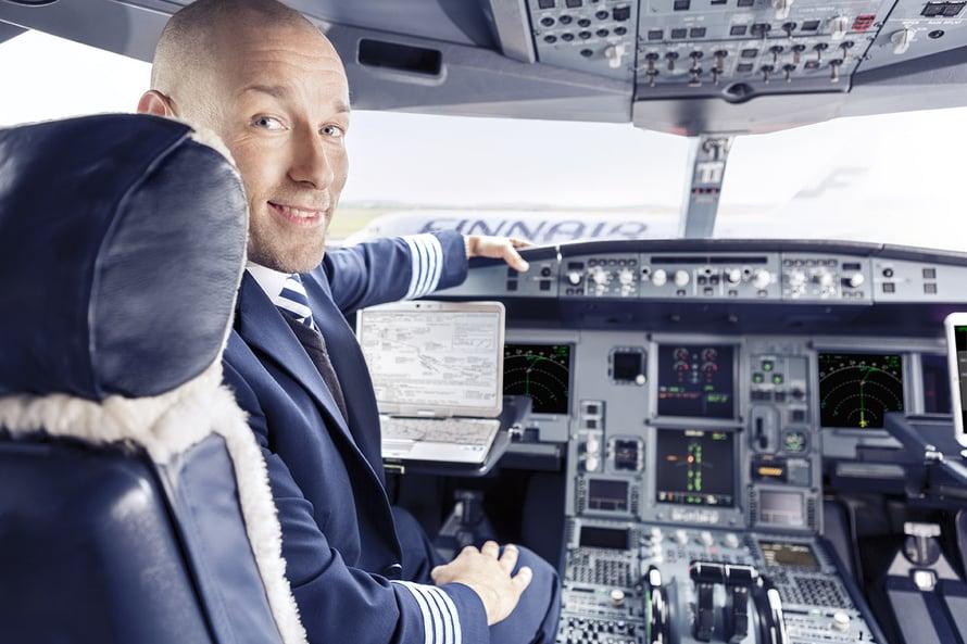 Unessa kuka vain osaa lentää, mutta valvemaailmassa lentäjän ammattiin vaaditaan koulutus. Kuva: Finnair