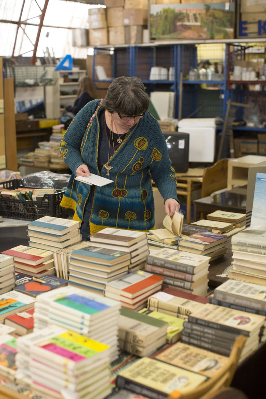 """Viljandin kierrätyskeskus on Eijan lempikohteita. Hän löytää sieltä usein vanhoja kauniita kirjoja, joita käyttää """"kirjan uusi elämä"""" -kursseilla raaka-aineena."""