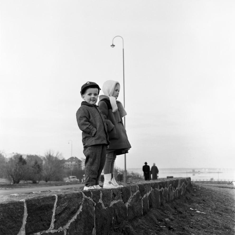 Risto ja Hannele Kolanen Kaivopuiston rannassa 1950-luvulla.