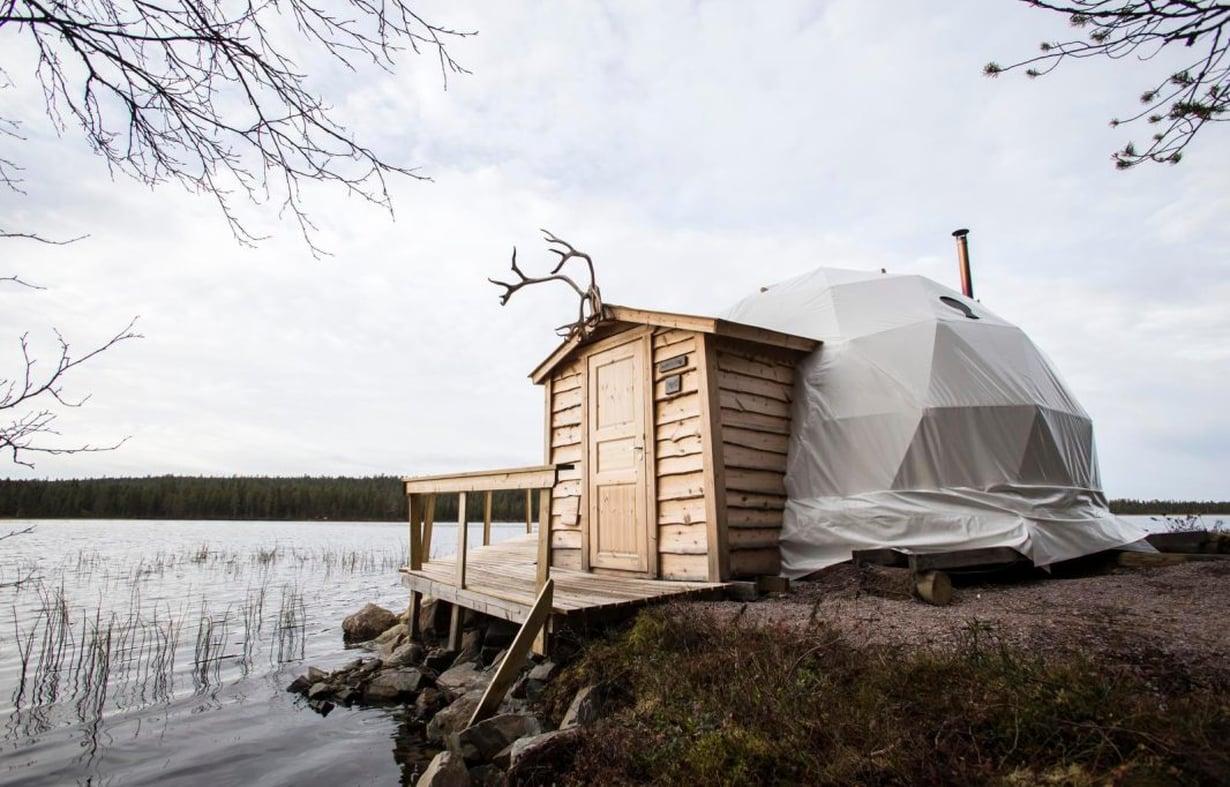 Iglua muistuttava teltta on sijoitettu aivan veden äärelle.