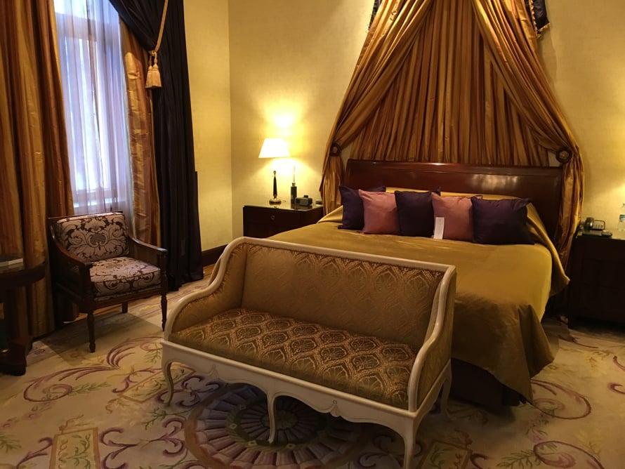 Hotellin suurimman makuuhuoneen, Master Bedroomin, ikkunat antavat Esplandadin puistoon. Maisemia ovat katselleet lukuisat kuninkaalliset ja viihdemaailman tähdet.