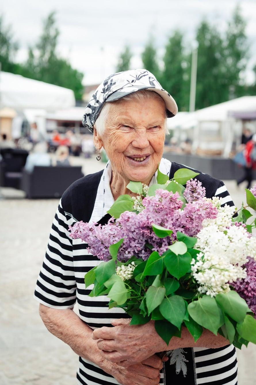 Hymyilevän Elli Tenkasen tuntevat Mikkelin torilla kaikki.