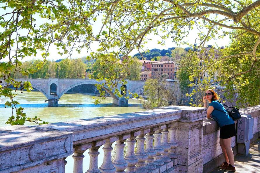 Rooman läpi virtaavan Tiberin sillat tarjoavat historiallisia näköalapaikkoja.