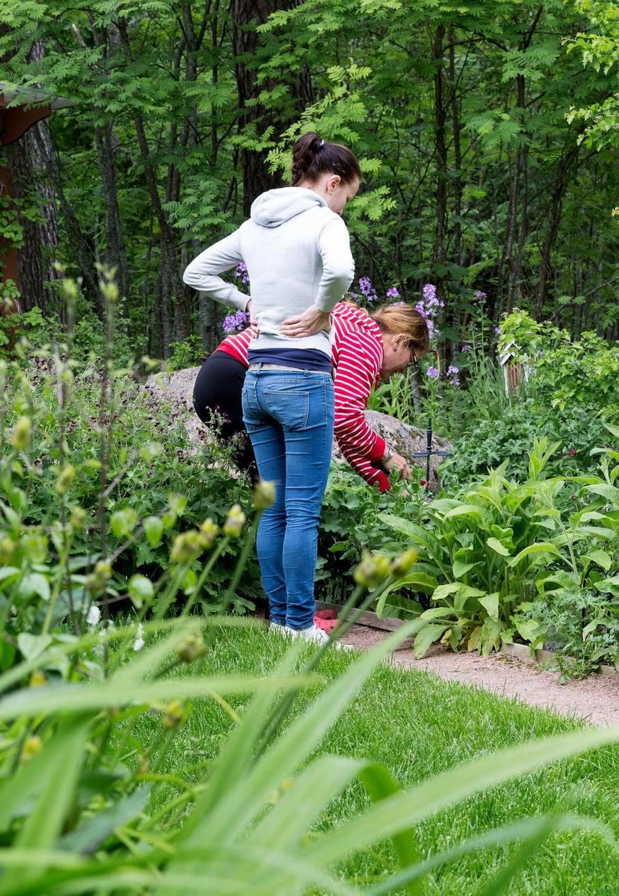 Eija ja hänen tyttärensä Beatrice viihtyvät puutarhassa joka päivä.