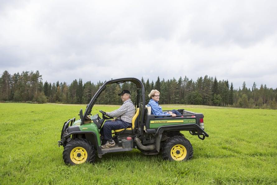 Gatorin eli Kaattorin kyydissä Jouko ja Vuokko saattavat ajaa läheiselle laavulle makkaranpaistoon.