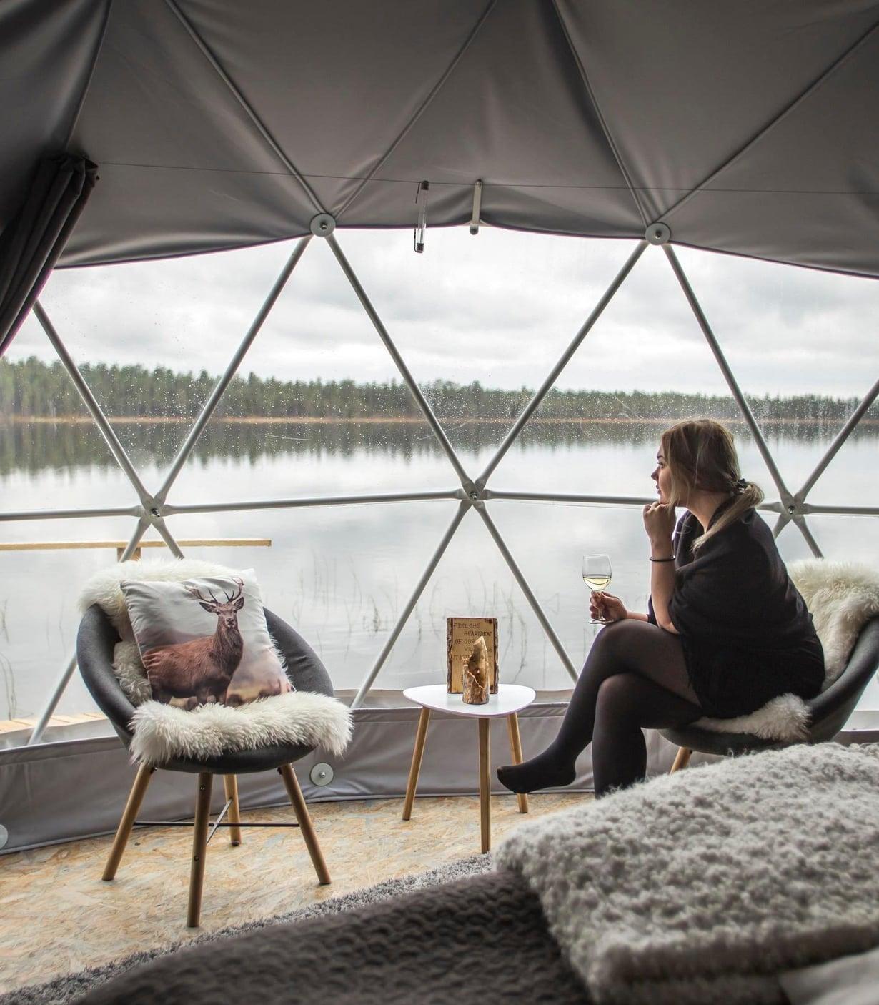Domen lämmössä kelpaa seurailla järven elämää.