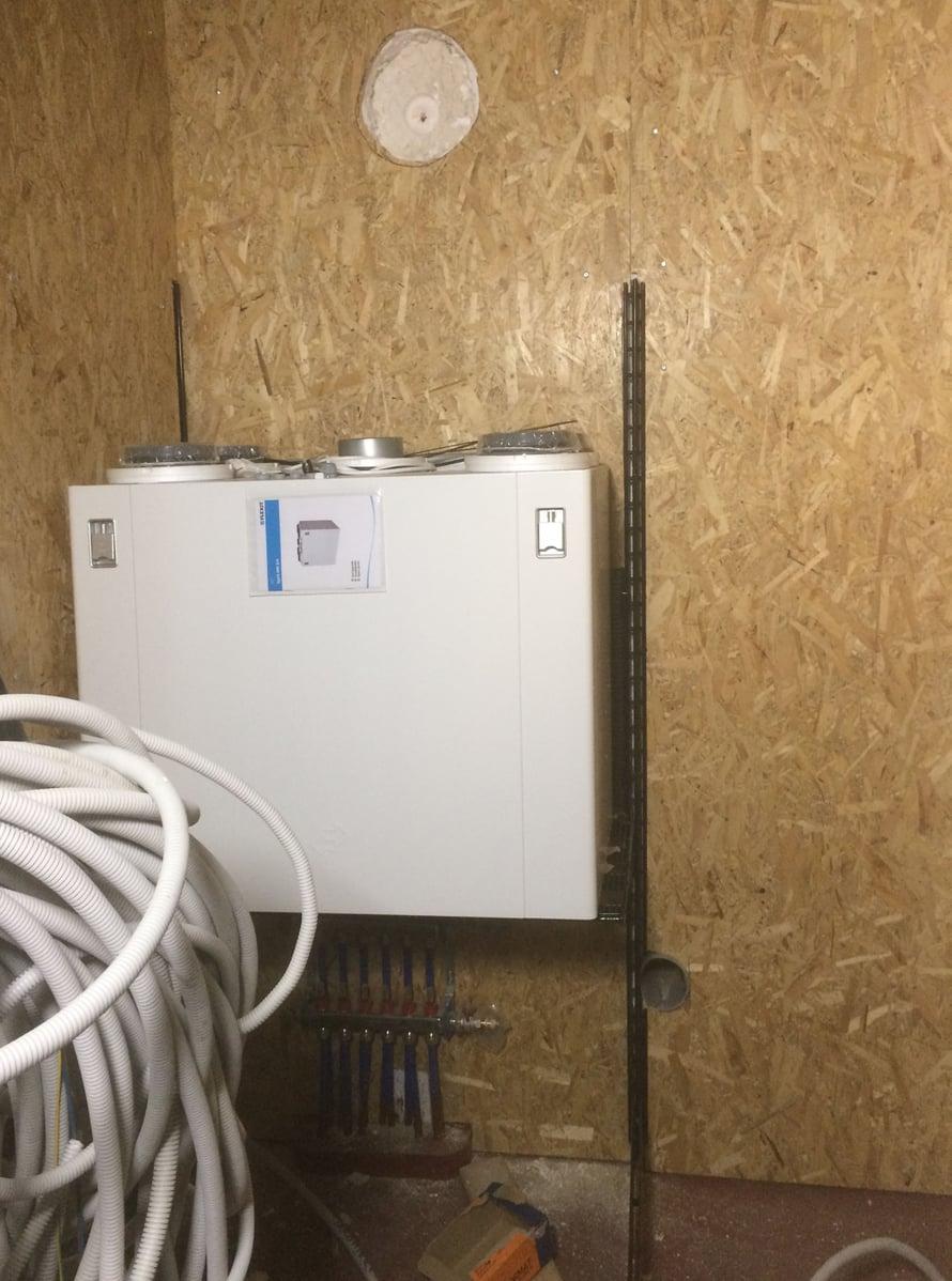 Flexit-ilmastointilaite löysi paikkansa telineestä, joka on alkujaan saksalainen myymälähylly.
