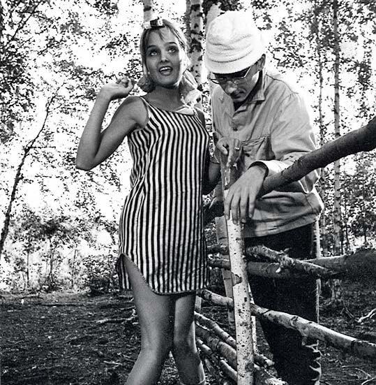 Kristiina Halkola ja Pekka Autiovuori elokuvassa Käpy selän alla.