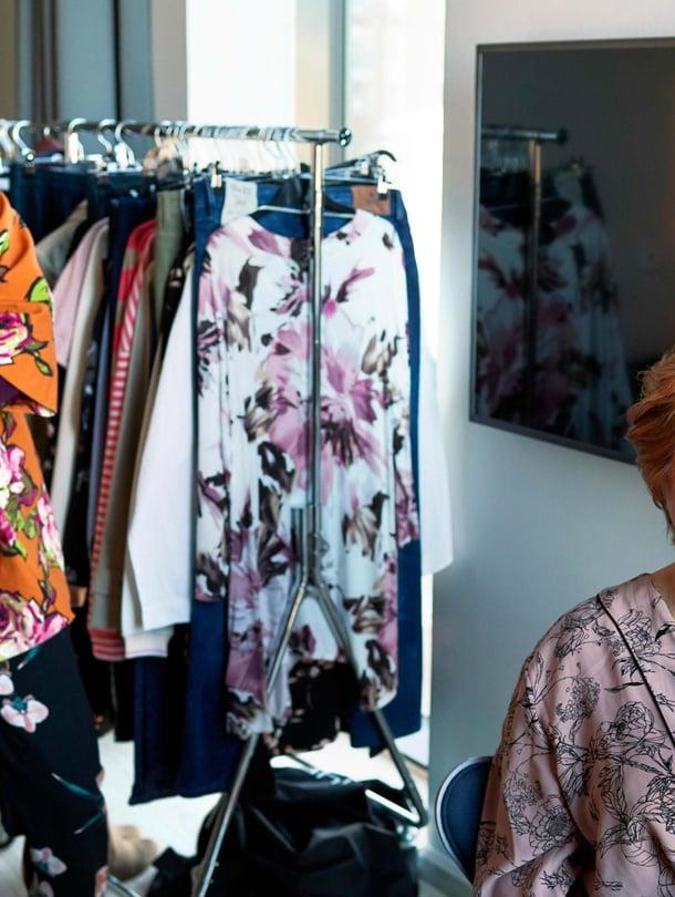 Sirkka-Liisa Malmivaara on viittä vaille valmis ensimmäiseen muotikuvaukseen. Muotitoimittaja Liisa Kokko (vas.) osaa eläytyä erilaisten kohderyhmien tarpeisiin.