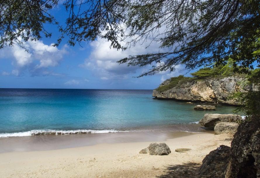 Jeremin taivaallisen kirkas laguuni. Kaikki hotellit ja kymmenet valkohiekkaiset rannat ovat saaren eteläisellä sivulla.