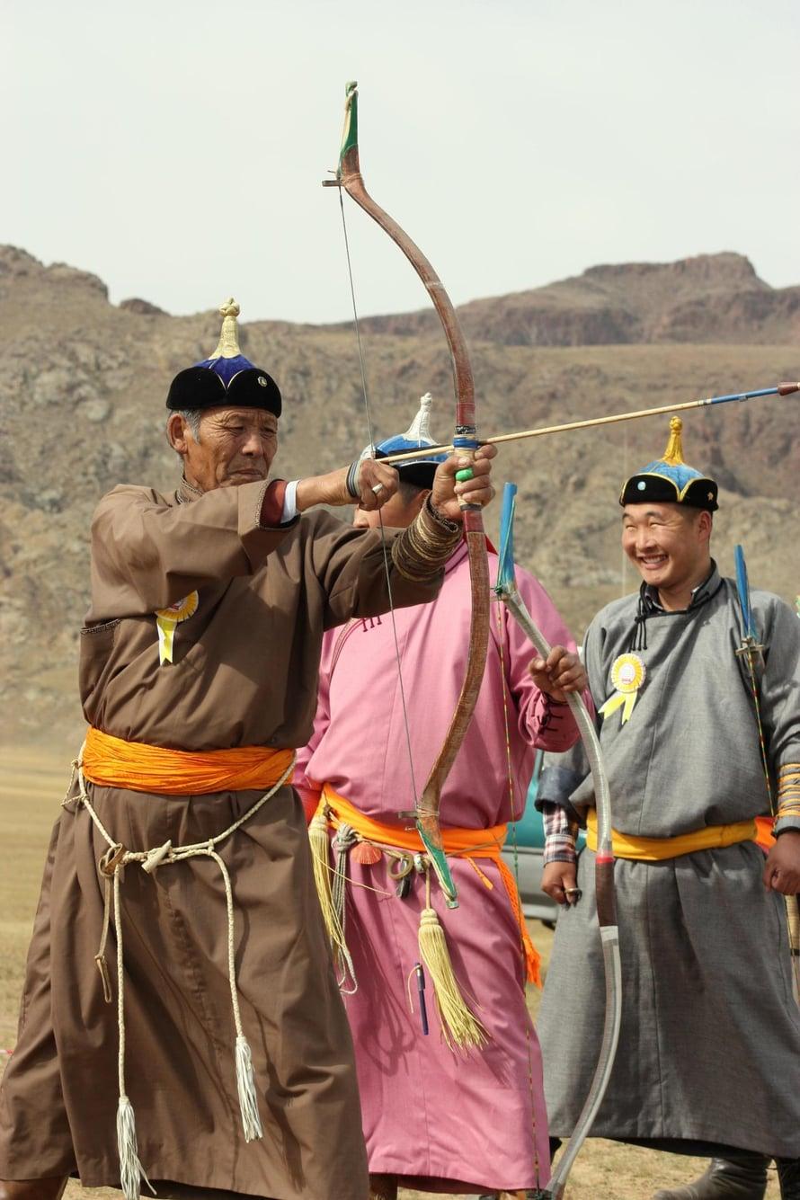 Aldarkhanin kylässä vieraat pääsivät seuraamaan jousiammuntakisoja.