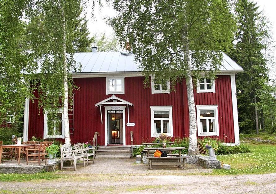 Saaristotila Varppi sijaitsee Väesterön saarella. Tilalla yövytään hirsitalossa.