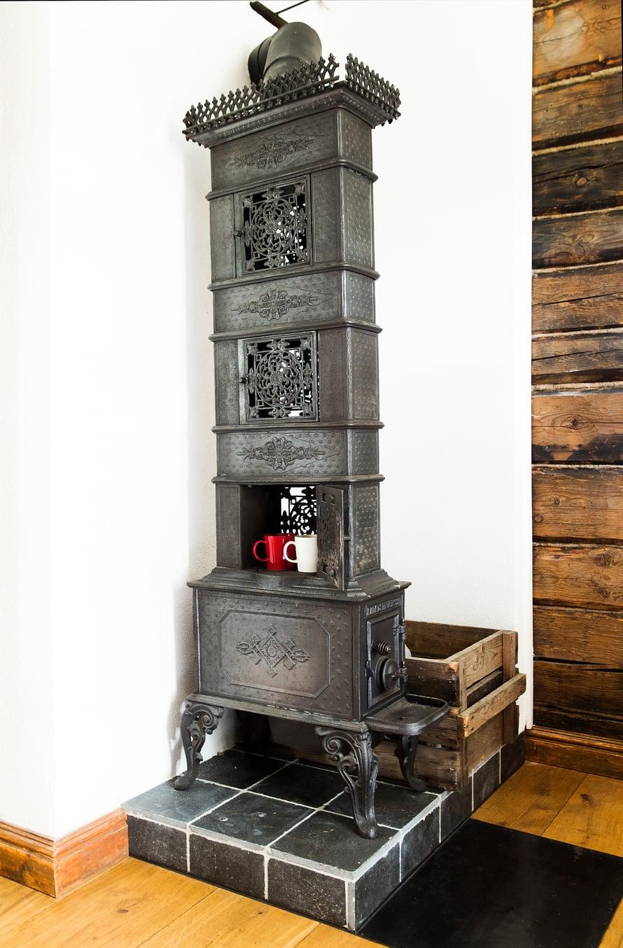 Yläkerran vanhaan tyyliin valetussa kamiinassa voi lämmittää glögit talvi-iltojen iloksi.