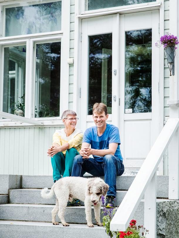 """Leinikit huristavat puolessa tunnissa järven rannalta Helsinkiin ja töihin. """"Tässä yhdistyvät koti ja kesämökki."""""""