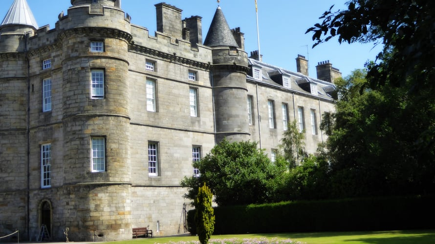 Holyroodin palatsi toimi alun perin luostarin majatalona. Palatsia laajennettiin 1600-luvulla.