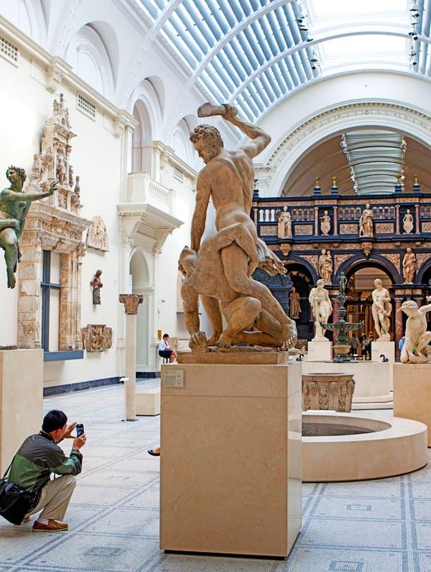 Victoria & Albert Museumissa on 150 galleriaa ja yli neljä miljoonaa esinettä.