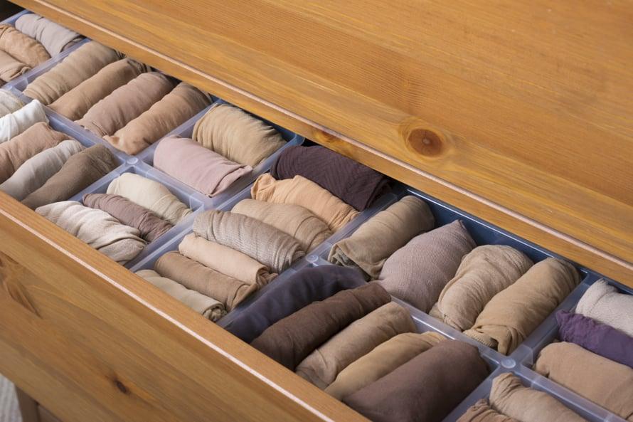 Konmarittajan sukkalaatikoissakin säilyy järjestys ja harmonia. Marie Kondolla on jokaiselle vaatekappaleelle, kuten paidoille, housuille ja sukille, oma viikkausmetodinsa.