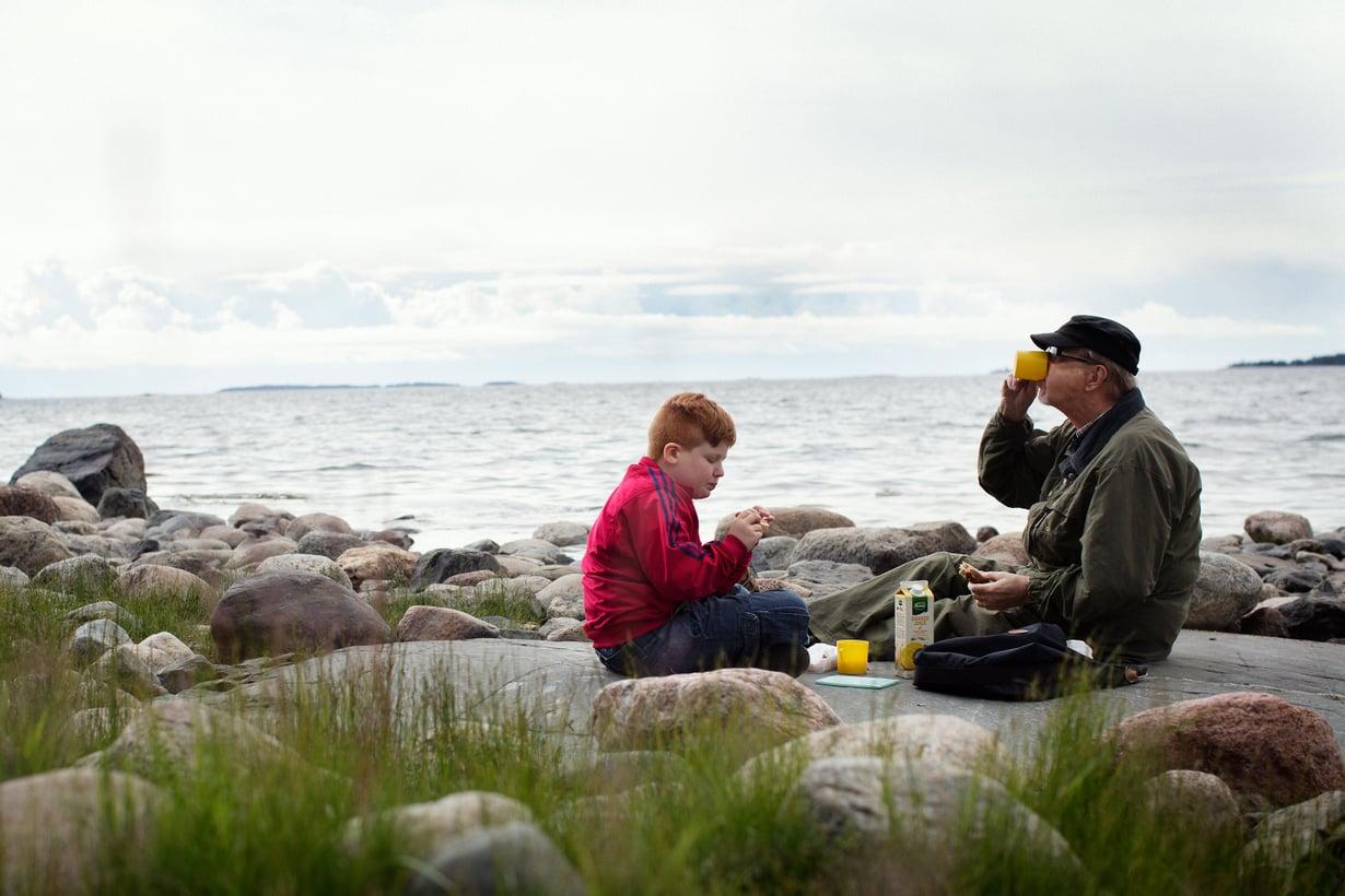 Naapurukset Elvis Varjonen ja Petter Kauhanen eväsretkellä Skatanniemellä Vuosaaressa.