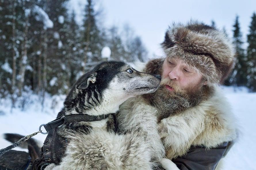 """– Koirillemme hyvä hoito on vielä tärkeämpää kuin lemmikeille, koska nämä ovat myös työkavereita ja perheenjäseniä, korostaa Jukka """"Susi"""" Nordman."""