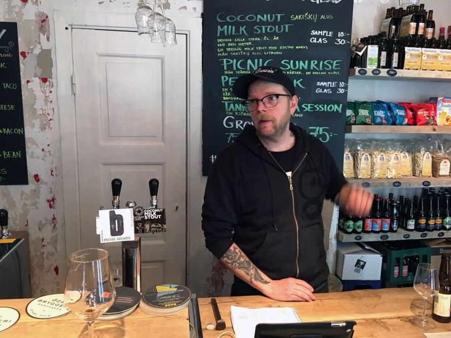 Bottleshopin Fredrik Glejpner on työskennellyt pitkään olutalalla ennen oman folköl-kaupan perustamista.