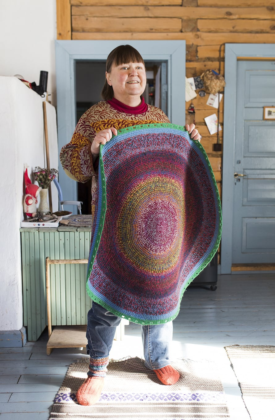 Värit ovat Nyyskälle tärkeitä. Hän näkee ihmisetkin väreinä. Matto on vuokkiniemeläisen ystävän Roza Rdmsujevan tekemä.
