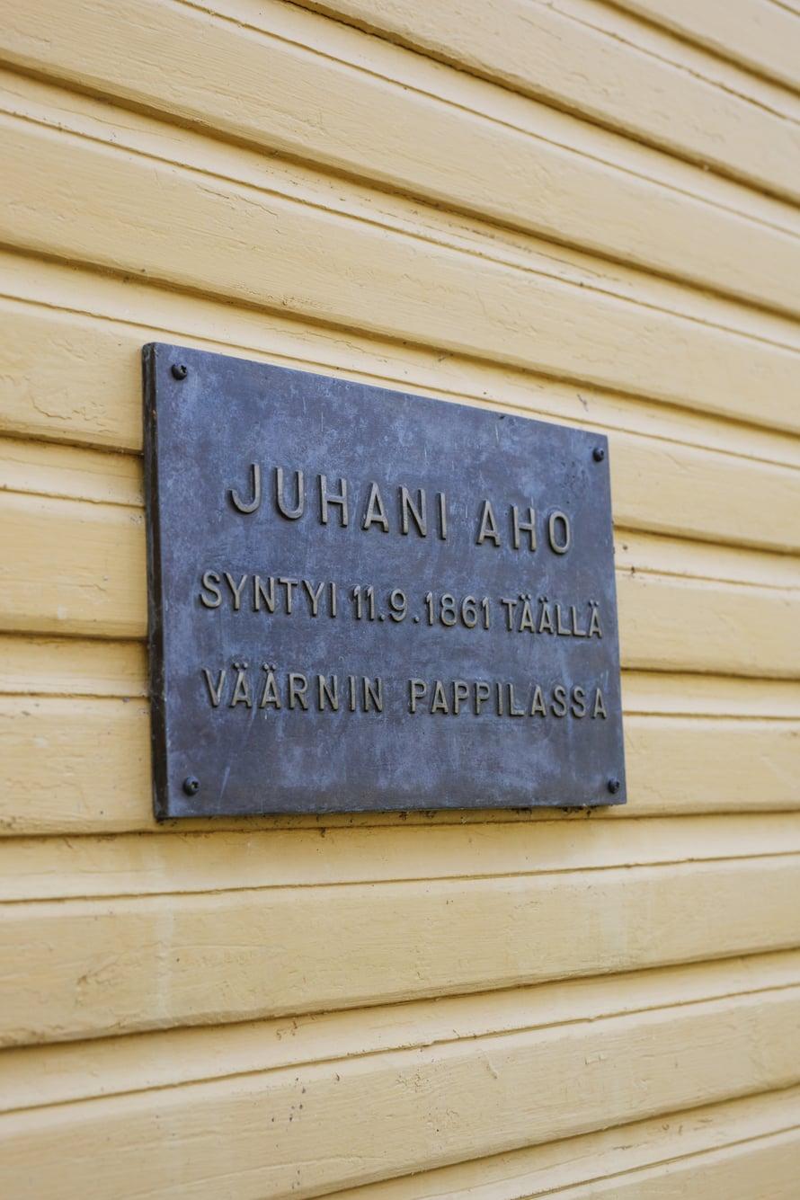 Muistolaatta muistuttaa Väärnin pappilassa 1860-luvulla asuneesta Juhani Ahosta.