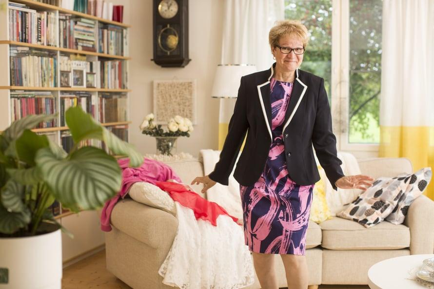 Edustustilaisuuksiin Vuokko pääsee pukeutumaan naisellisesti.