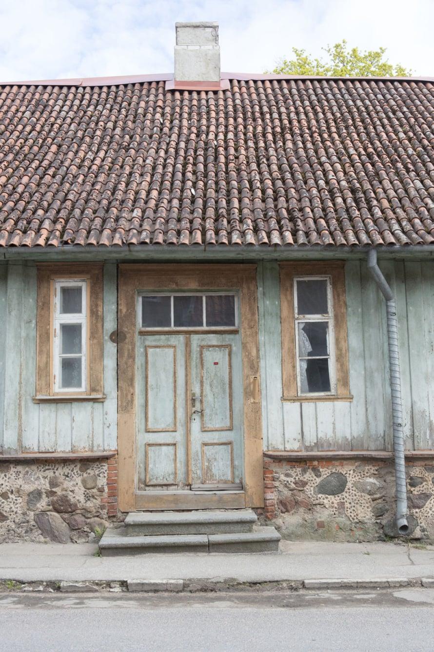 Viljandi on täynnä kauniita, kiinnostavia, hiukan kulahtaneita ja viimeisen päälle kuntoon laitettuja ovia.