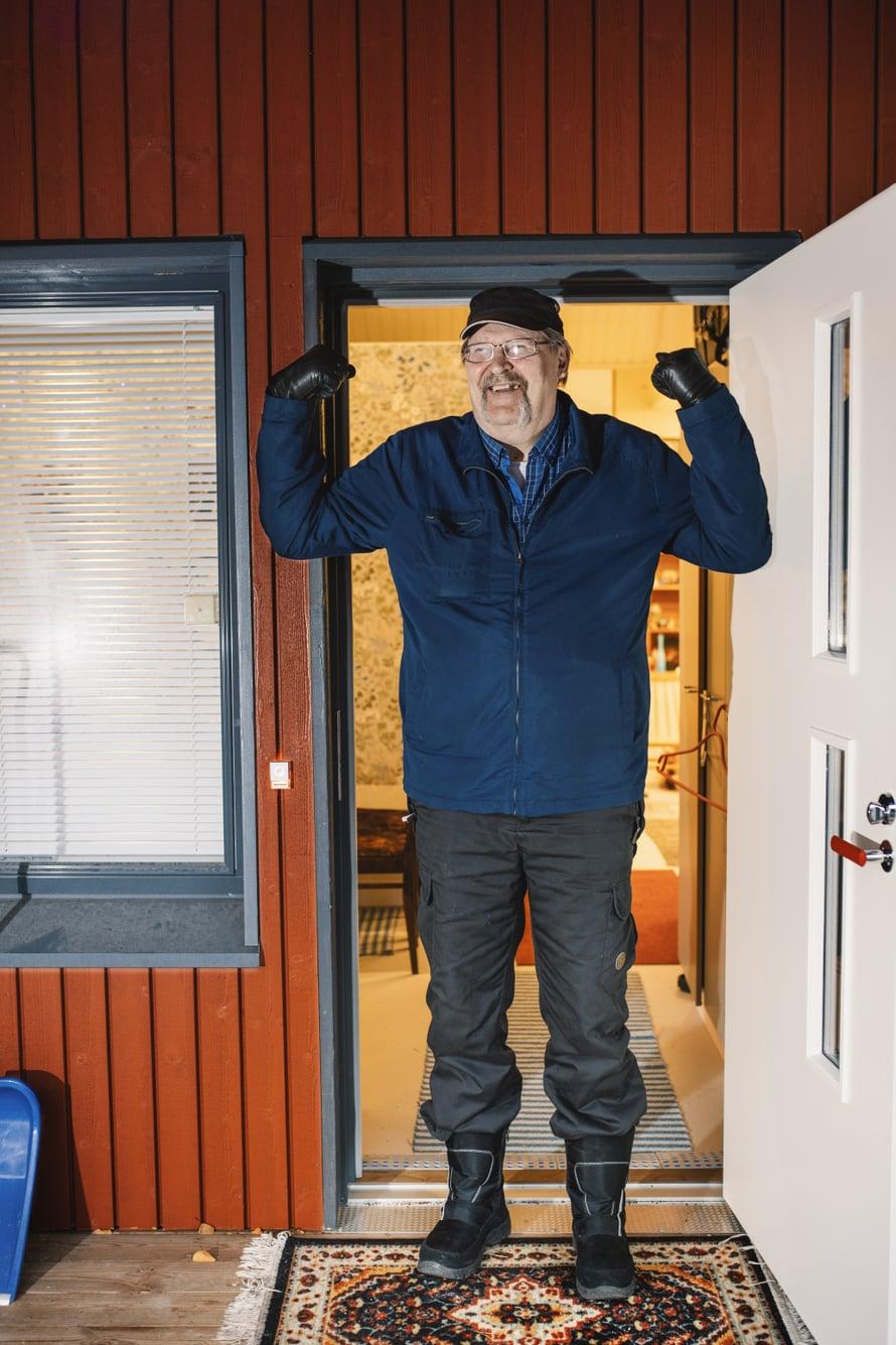 Matti Pullo nauttii uuden talon mukavuudesta ja esteettömyydestä.