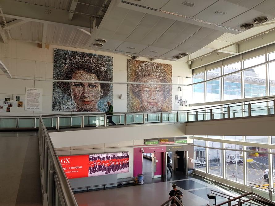 Gatwickin käytävällä on kansalaisten valokuvista koottu taideteos.