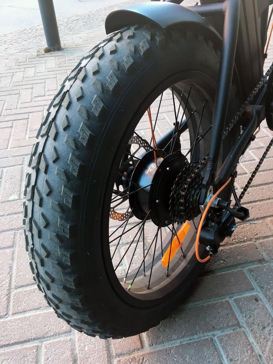 GZR Pedelec Fat 4.0:n rengas on peräti 10 senttiä leveä. Vaihteita on seitsemän.