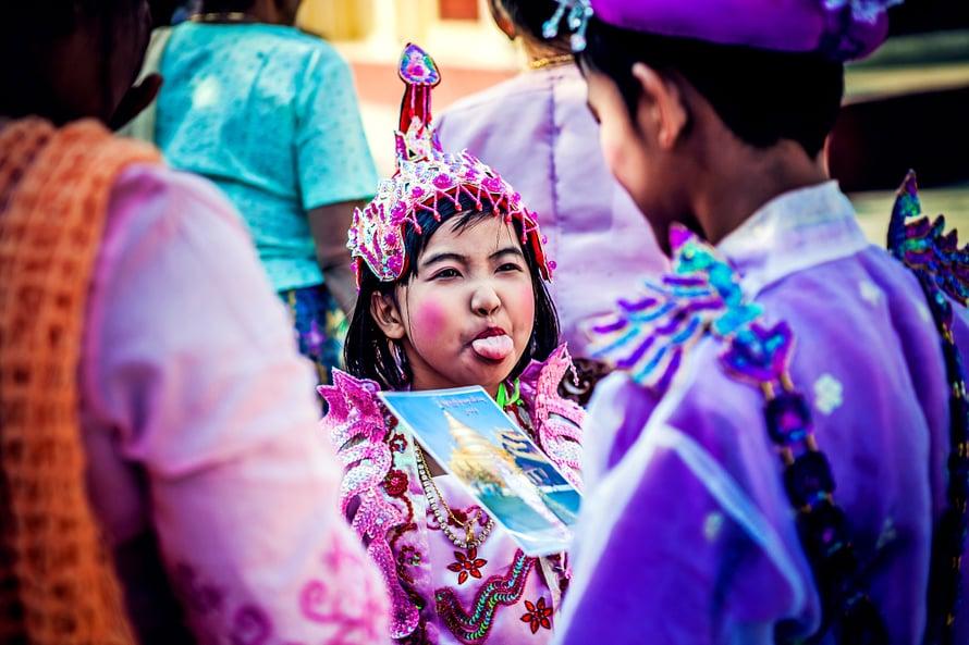 Munkiksi ja nunnaksi ryhtyminen on lasten perheille juhlapäivä, jolloin pukeuadutaan silkkiin ja satiiniin.