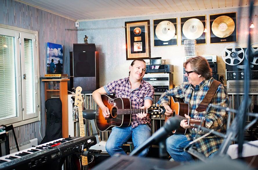 – Nuorempi muusikkopolvi on tullut minulle Kallen kautta tutuksi, Mikko toteaa kotinsa alakerran treenikämpässä.