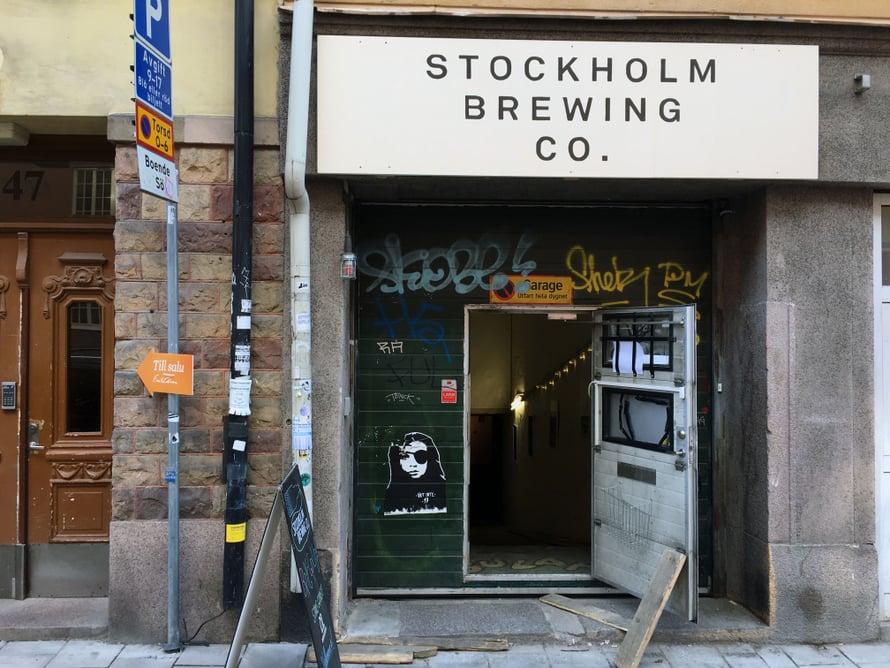 Stockholm Brewing Companyn sisäänkäynti on vähän nuhjuinen, mutta perjantaipubissa kannattaa ehdottomasti poiketa.