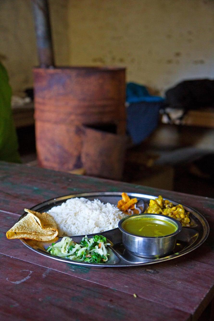 Dal bhat koostuu monesta ruokalajista samalla lautasella.