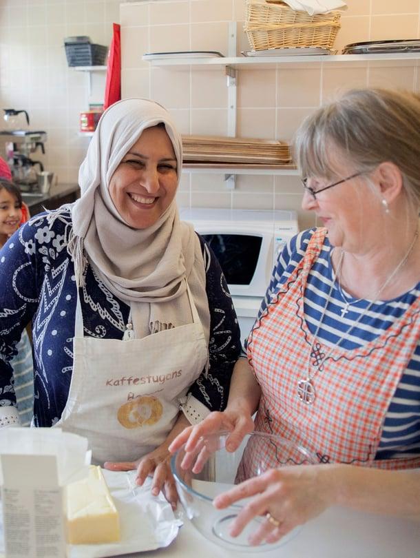 Nauvon seurakuntakodin keittiössä pyörii toistakymmentä ihmistä joka tiistai. Abeer Aldleme ja Eeva Granström johtavat leivontahetkeä.