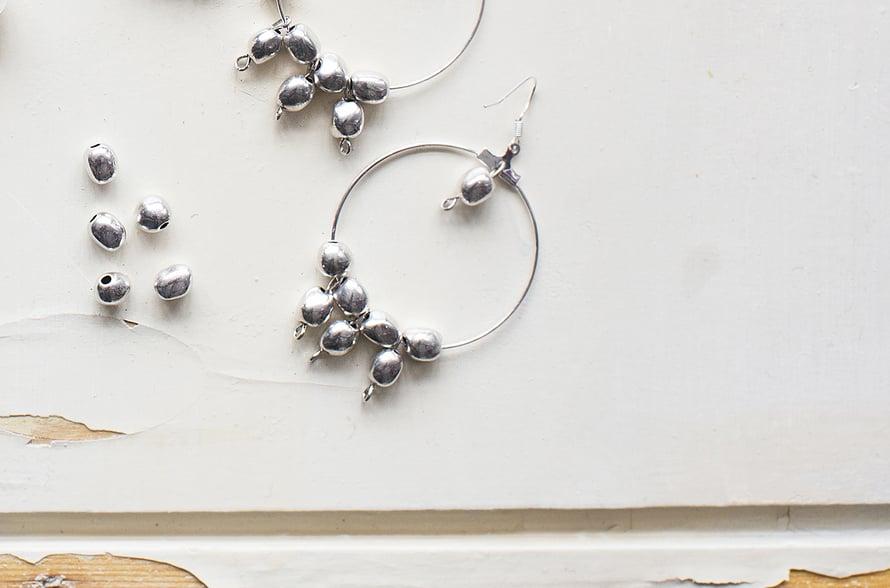 Ryhmittele luovasti! Yhdistä koruihin eri materiaaleja tai täytä vaikka koko rengas helmillä.