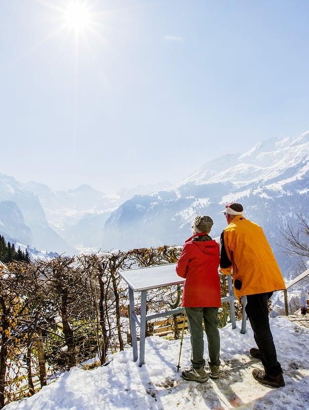 Wengenin kirkolta aukeaa näkymä laaksoon. Britit aloittivat alppimatkailun kylään jo sata vuotta sitten.