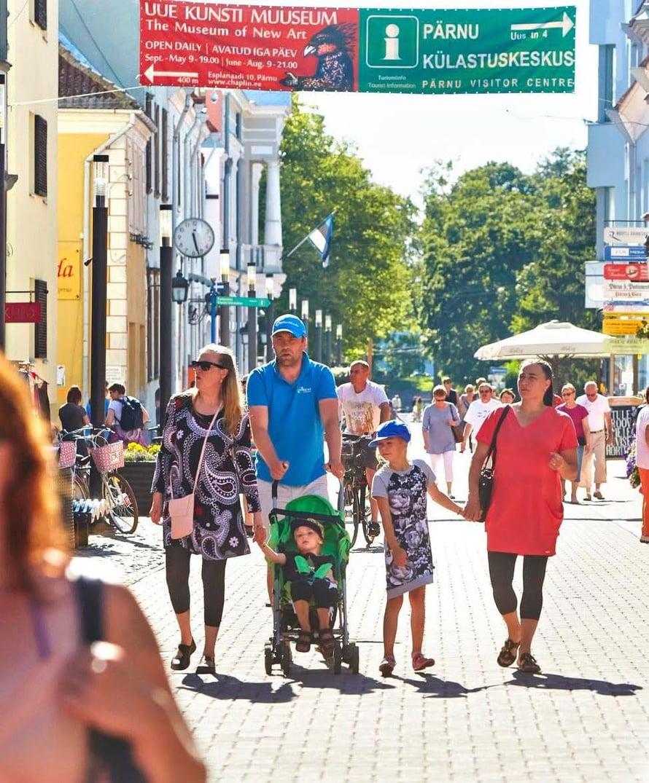 Kävelykadut ovat kivoja. Matkailu-infon osoite on Uus tänav 4.