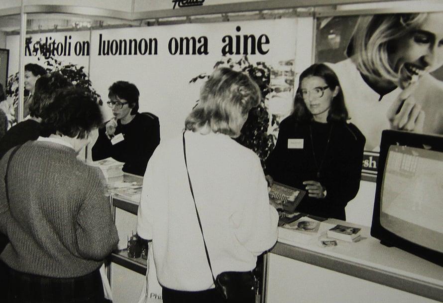 Näin vuonna 1985 esiteltiin ksylitolin eli koivusokerin hyötyjä Hammaslääkäripäivillä.