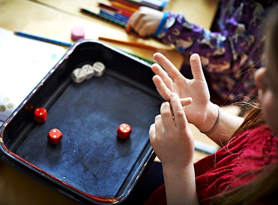 Matikkaa voi opetella pelaten. Arpakuutioiden avulla lasketaan yhteen.