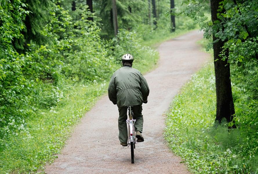 Pyöräretkellä kotikulmilla Mustavuoren metsässä. Petter pyöräilee kahdesti viikossa parikymmentä kilometriä kerrallaan.