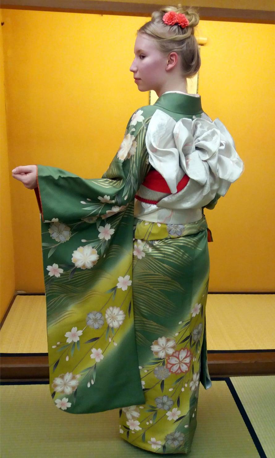 Kertun matkaseuralainen, tyttärentytär, kimonoasussaan.