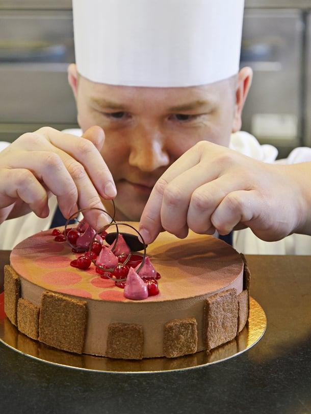 Fazerin tuotteiden kehityksen ja valmistuksen lisäksi Eero Paulamäki kiertää maailmalla tarkkailemassa uusia suklaa- ja konditoriatuulia.