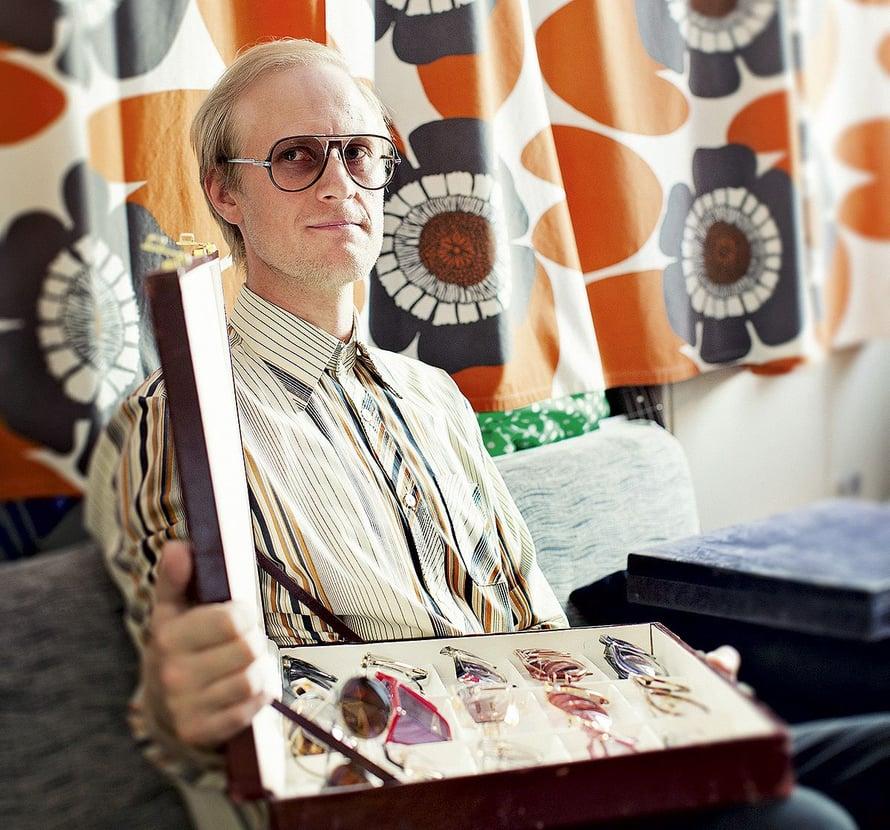 – Olen ammattini puolesta etuoikeutetussa asemassa muihin keräilijöihin nähden. Etsiessäni myytävää liikkeeseeni olen tehnyt löytöjä kollegoideni vanhoista varastoista, Matti Piipponen sanoo. Päässään hänellä on Burt-lasit, jollaisista innostus alkoi.