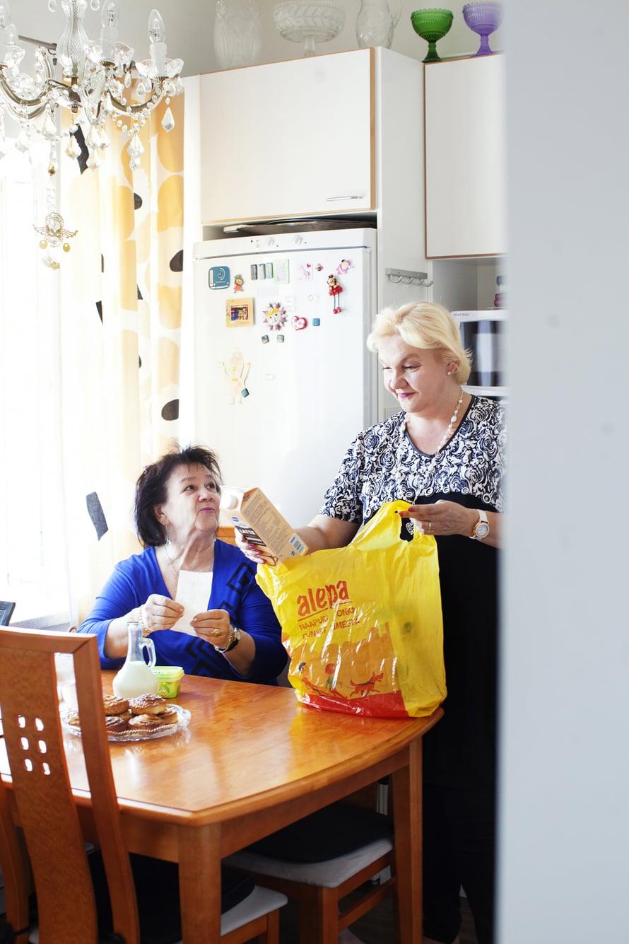 Johdon assistenttina työskentelevä Sari antoi nettitilaukset näppärän äitinsä tehtäväksi.