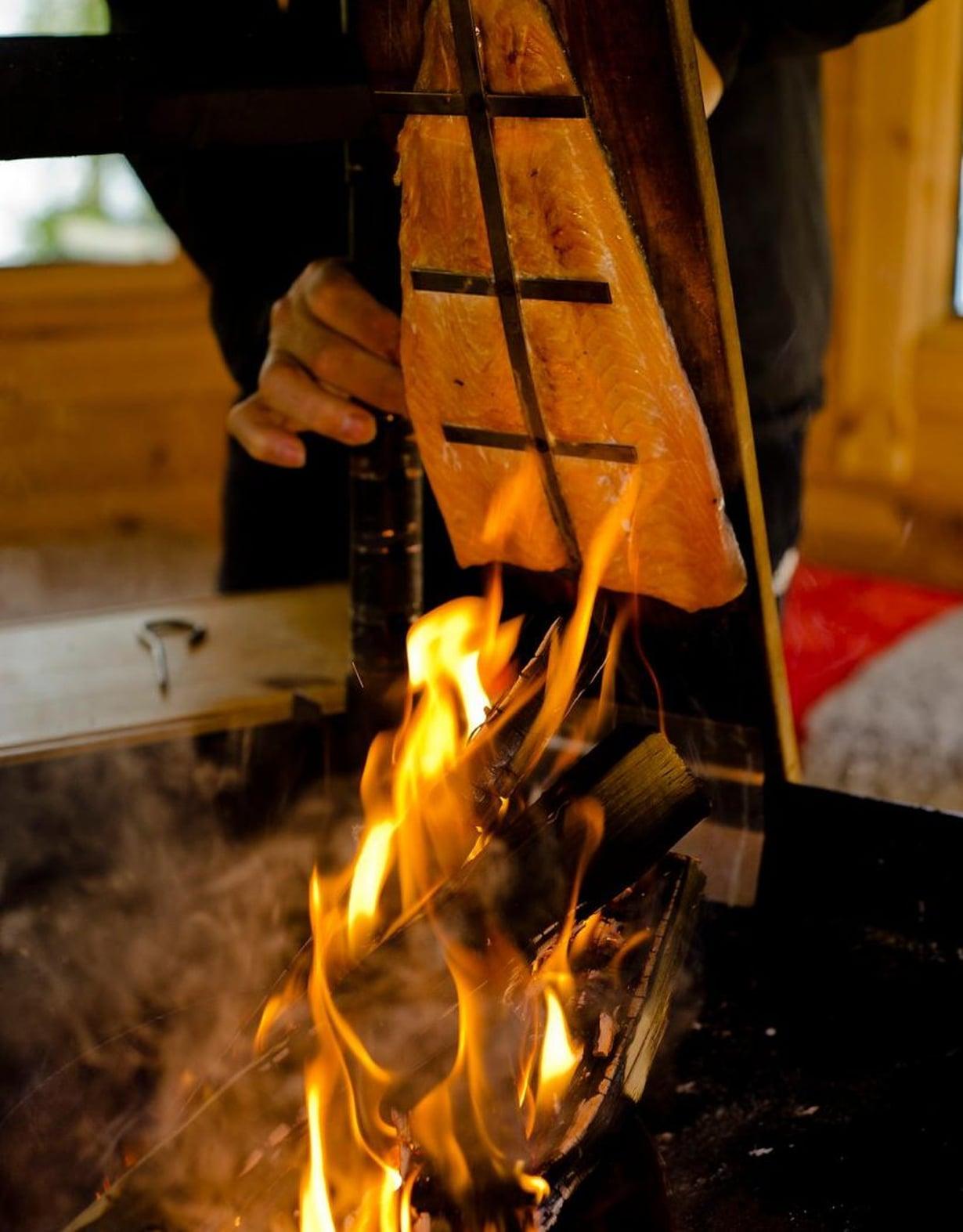 Jos hyvin käy, isäntä loimottaa meille grilli-kodassa lohta.